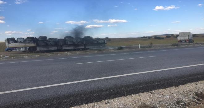 Kırıkkale'de seyir halindeki tırın dorsesi yandı