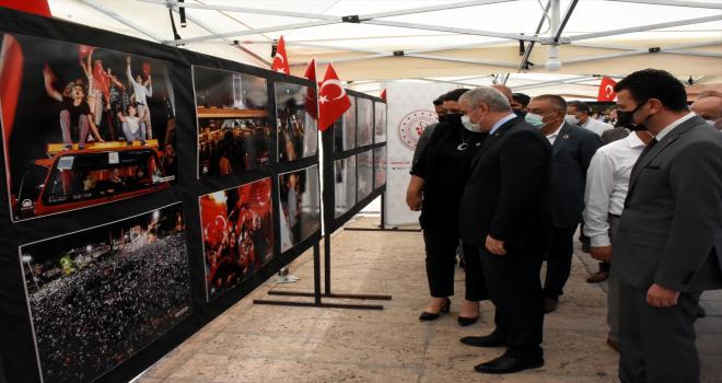 Kırşehir kent meydanında AA fotoğraflarının yer aldığı