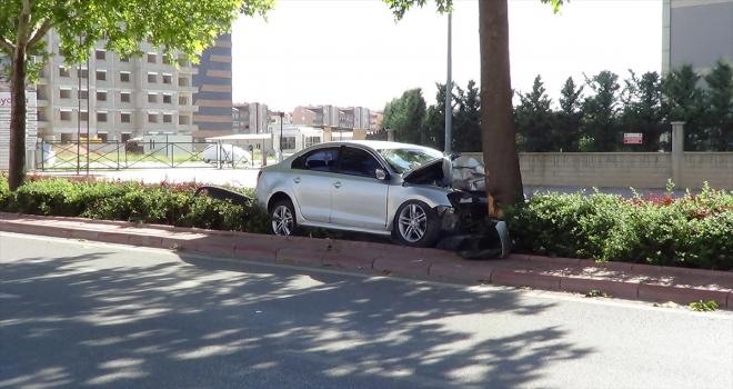 Konya'da otomobil ağaca çarptı: 1 ölü, 1 yaralı