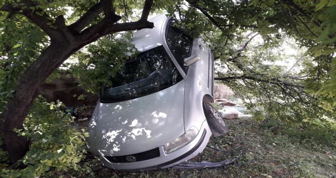Konya'da otomobil ağaçta asılı kaldı