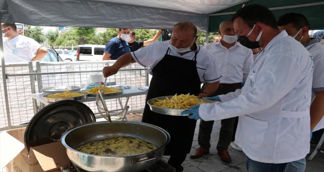 Niğde'de vatandaşlara yaklaşık 2 ton kızartılmış patates dağıtıldı