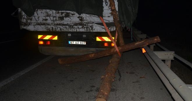 Serik'te kamyondan düşen tomruklar kazaya neden oldu