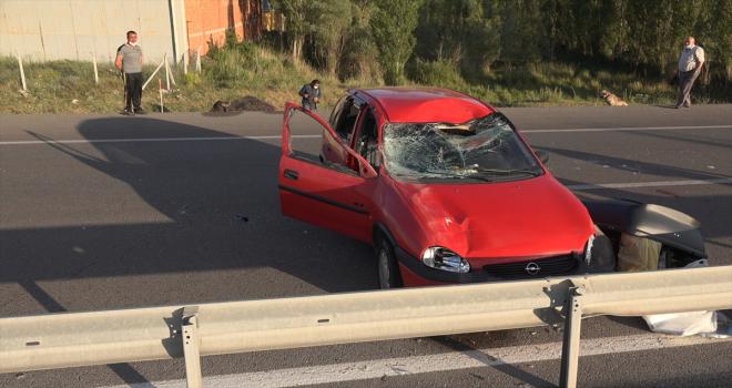 Sivas'ta mandaya çarpan otomobildeki 3 kişi yaralandı