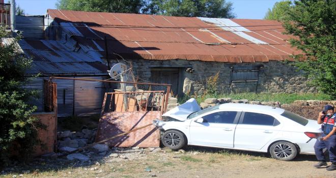 Sivas'ta otomobil bahçe duvarına çarptı: 4 yaralı