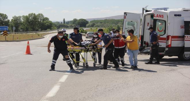 Sivas'ta otomobil ile hafif ticari araç çarpıştı: 6 yaralı
