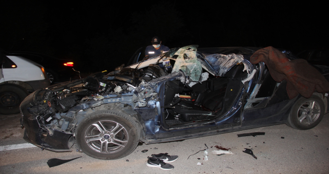 Sivas'ta otomobil kamyonete çarptı: 1 ölü, 2 yaralı
