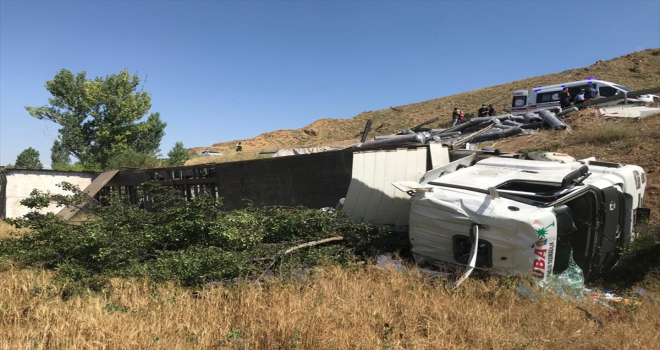 Sivas'ta şarampole devrilen tırdaki 6 kişi yaralandı