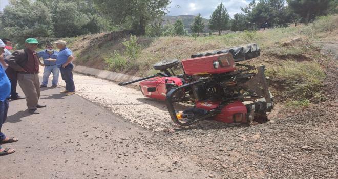Sivas'ta traktör devrildi: 1 yaralı
