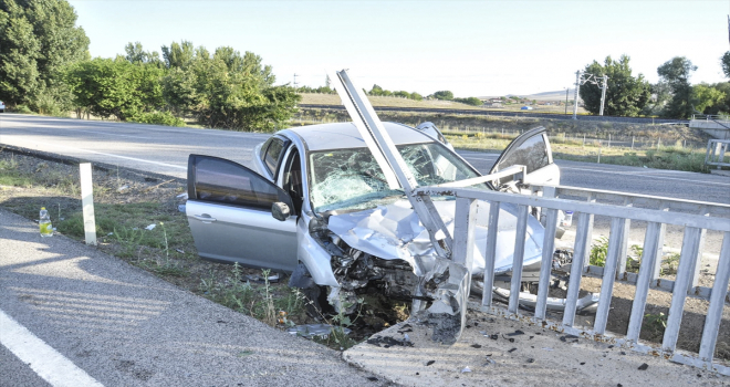Yozgat'ta otomobil köprü korkuluklarına çarptı: 1 ölü, 2 yaralı