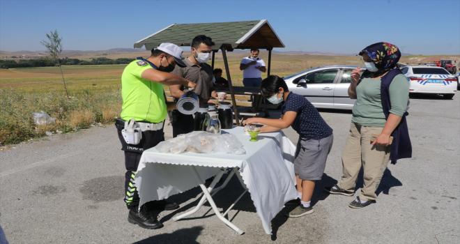 Yozgat'ta trafik polislerinden sürücülere çay ikramı