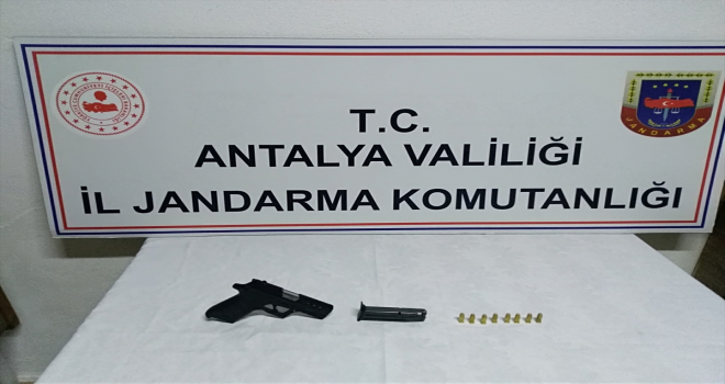 Antalya'da trafik kontrolünde tabanca ele geçirildi