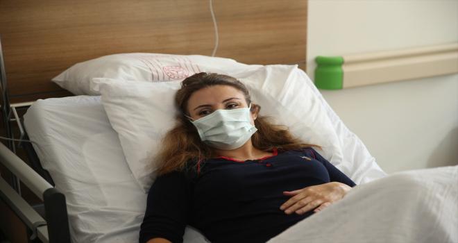 Eskişehir'de Kovid-19 tedavisi gören anne, yeni doğan bebeğini tabletten izledi