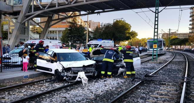 Çarpışan otomobiller tramvay yoluna girdi: 4 yaralı