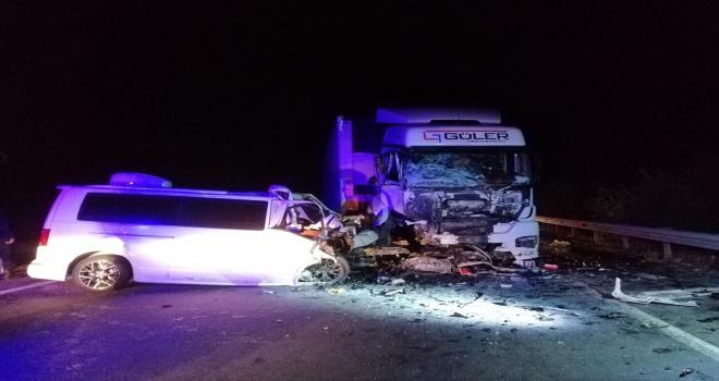 Niğde'de tırla çarpışan minibüsün sürücüsü hayatını kaybetti