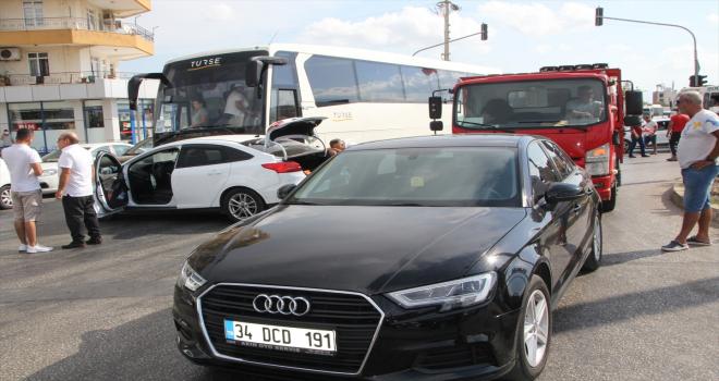 Serik'te tur otobüsü ile 2 otomobil çarpıştı