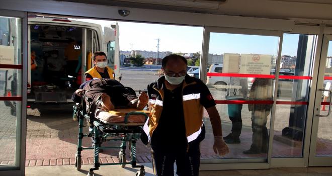 Sivas'ta hafif ticari araç devrildi: 3 yaralı