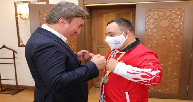Altın madalyalı özel sporcu Hüseyin Dinç'ten Vali Aydoğdu'ya ziyaret