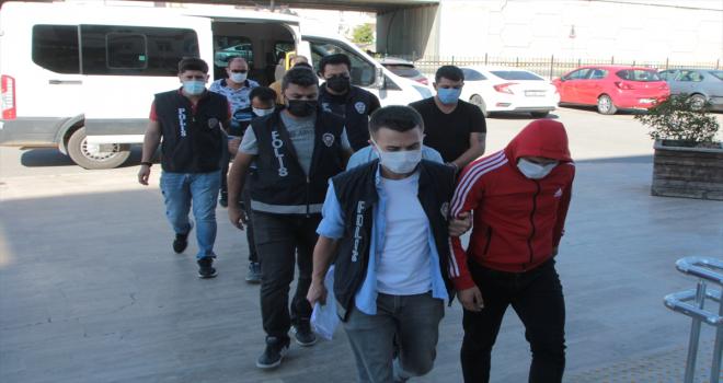 Antalya'da galeriden araç çaldıkları iddia edilen 2 kişi tutuklandı