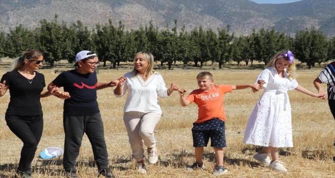 Antalya'da otizmli ve yangın bölgesindeki çocuklar Korkuteli'nde elma topladı