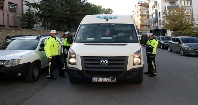 Kayseri'de polis ekipleri okul servislerine yönelik denetimlerini sürdürüyor
