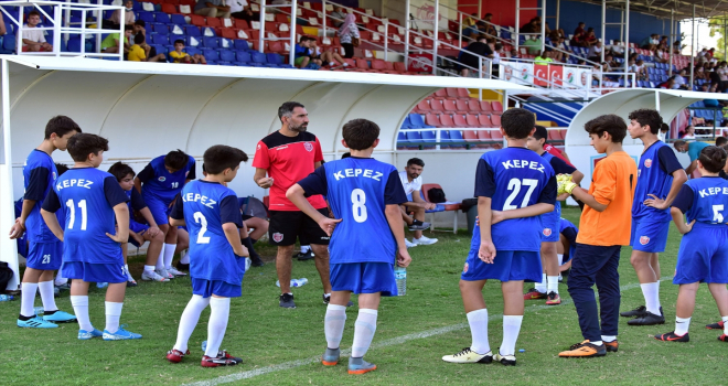 Kepez'deki yetenekli çocuklar futbola kazandırılıyor