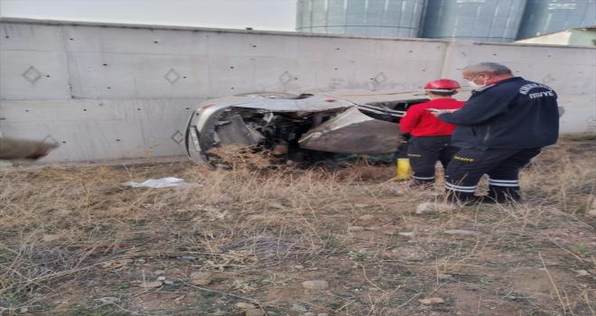 Kırıkkale'de devrilen otomobildeki 2 kişi yaralandı