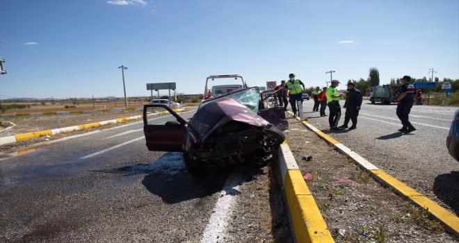 Hafif ticari araçla otomobil çarpıştı! 8 yaralı