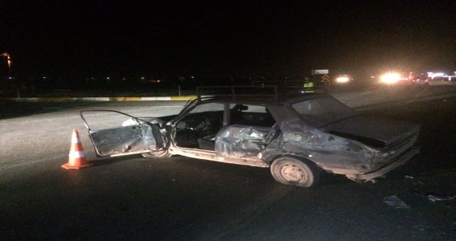 Konya'da yakıtı biten otomobili itmeye çalışan iki kişiye tır çarptı