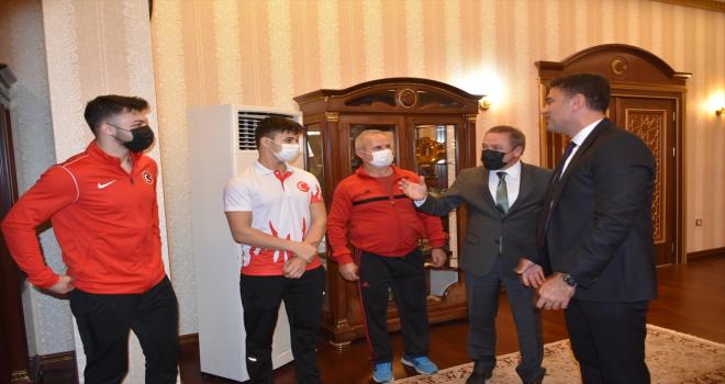 Şampiyon halterci kardeşlerden Kırıkkale Valisi Tekbıyıkoğlu'na ziyaret