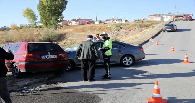 Sivas'ta 2 otomobilin çarpıştığı kazada 4 kişi yaralandı