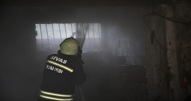 Sivas'ta bir apartmanın garajında çıkan yangında 4 kişi dumandan etkilendi