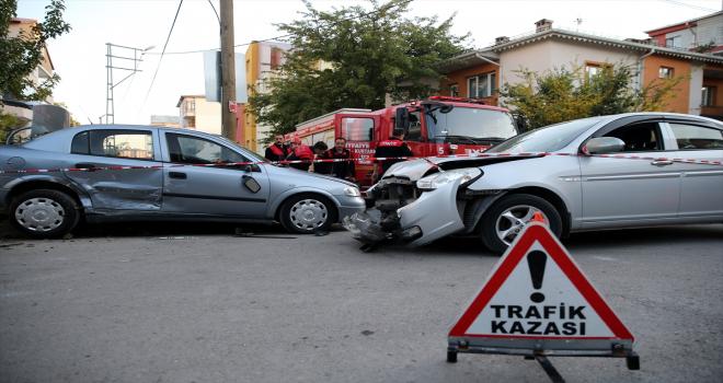 Sivas'ta otomobillerin çarpışması sonucu 2 sürücü yaralandı