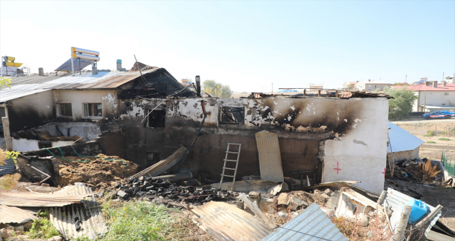 Sivas'ta yanan ev kullanılamaz hale geldi