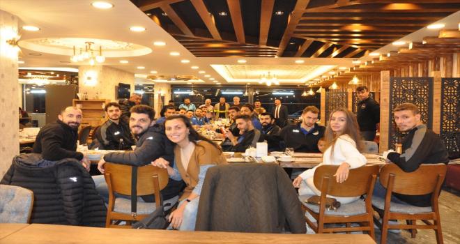 Sorgun Belediyesporlu voleybolculara Galatasaray maçı öncesi moral yemeği