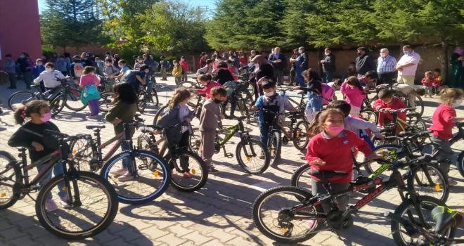 Yozgatlı iş insanı Şahin, köy okulundaki 96 öğrenciye bisiklet hediye etti