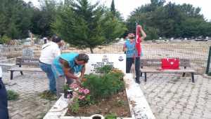 Polis ve hükümlüler şehit mezarlarının temizliğini yaptı