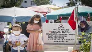 Başkentte şehit aileleri bayramın ilk günü kabristanda dua okudu