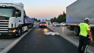 Adana'da aracının patlayan lastiğini değiştirmek isterken tır çarpan sürücü öldü