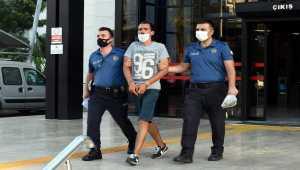 Antalya'da iki çocuğun bulunduğu otomobili çalmaya çalışan zanlı tutuklandı