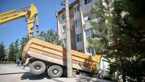 Eskişehir'de park halindeyken hareket eden hafriyat kamyonu apartman boşluğuna düştü