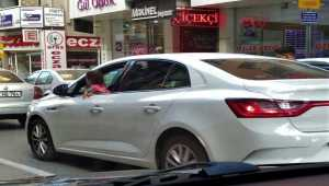 Isparta'da otomobilin penceresinden sarkan çocuk fotoğrafı polisi harekete geçirdi