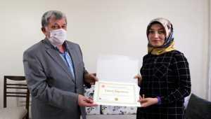 Sivas'ta mezun olan üniversite öğrencileri diplomalarını evlerinde aldı