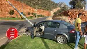 Kaş'ta otomobil aydınlatma direğine çarptı: 3 yaralı