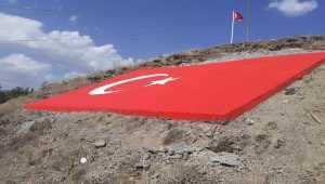 Sivas'ta köylüler, 58 metrekare büyüklüğünde beton Türk bayrağı yaptı