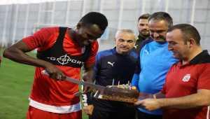 Sivasspor'da Isaac Cofie'ye sürpriz doğum günü kutlaması