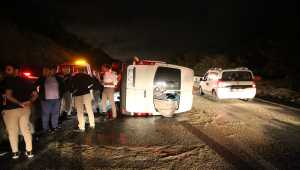 Antalya'da servis minibüsü devrildi: 8 yaralı