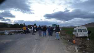Tarım işçilerini taşıyan minibüs ile otomobil çarpıştı: 1 ölü, 15 yaralı