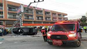 Mersin'de elektrik direğine çarpan otomobilin sürücüsü yaralandı