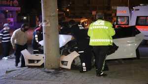 Elektrik direğine çarpan otomobildeki 3 kişi yaralandı