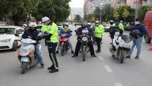 Hatay'da kasksız yakalanan motosiklet sürücüleri ceza yerine broşürle uyarıldı